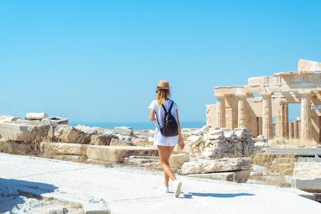 Vrouw bij de oude griekse ruïnes