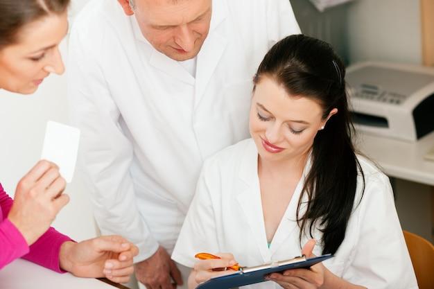 Vrouw bij de receptie van de kliniek