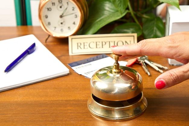 Vrouw bij de receptie van een hotel dat incheckt