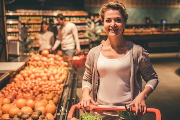 Vrouw bij de supermarkt