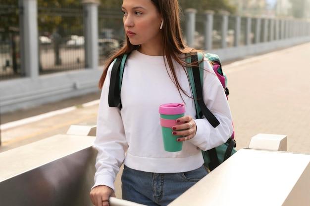 Vrouw bij de tourniquets voor het openbaar vervoer