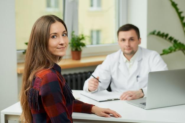 Vrouw bij doktersconsult