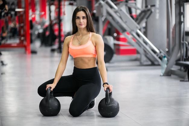 Vrouw bij gymnastiek met kettlebells