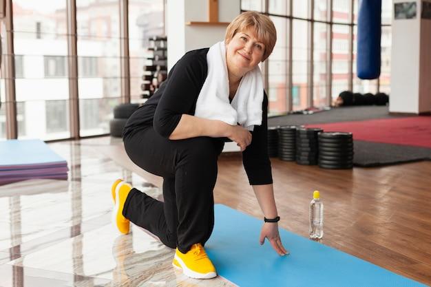 Vrouw bij gymnastiek opleiding