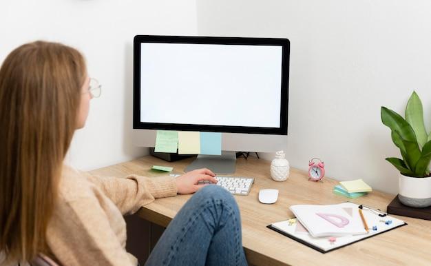 Vrouw bij het bureau werken
