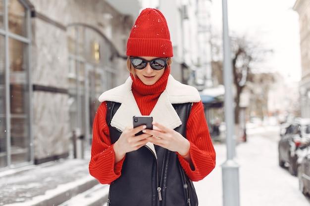 Vrouw bij het gebouw. nieuwjaarsstemming. dame in een zwart jasje.