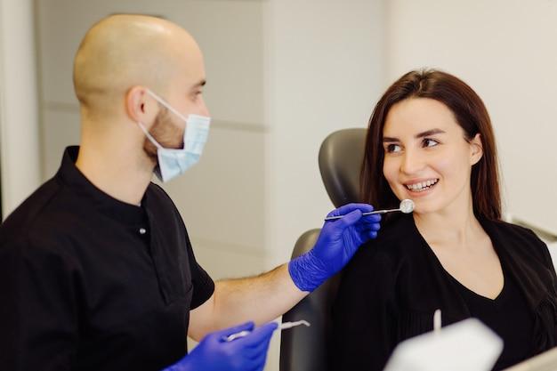 Vrouw bij het onderzoek van de tandarts