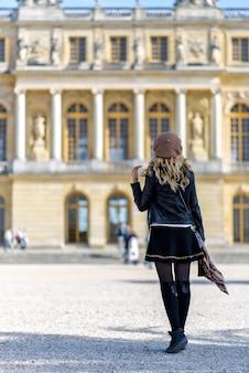 Vrouw bij het paleis van versailles in frankrijk