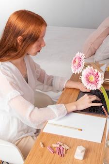 Vrouw bij het werken op de werkplek