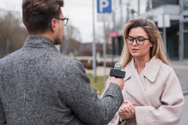 Vrouw bij journalistiek interview