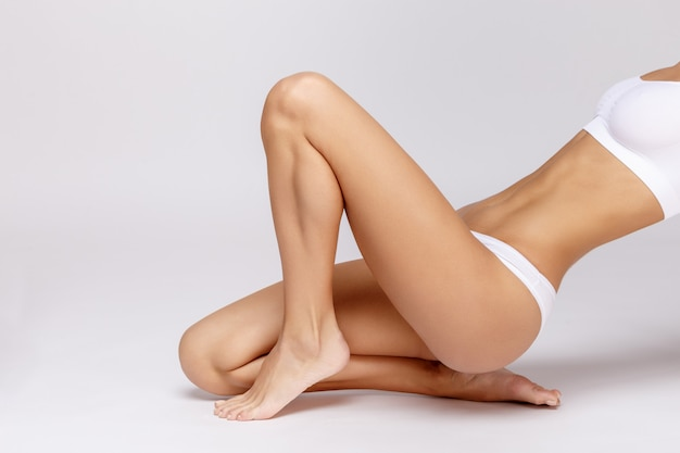 Vrouw bij lingerie het stellen