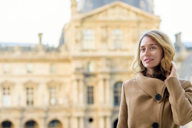 Vrouw bij louvre parijs, frankrijk