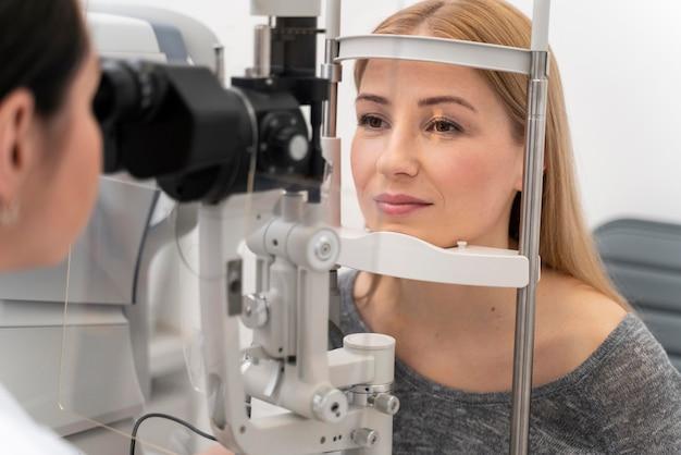 Vrouw bij ogen raadplegen