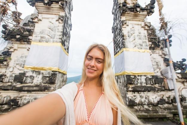 Vrouw bij pura lempuyang tempel in bali