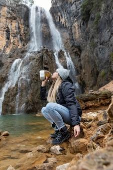 Vrouw bij rivier drinkwater