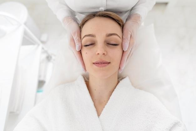 Vrouw bij schoonheidskliniek voor behandeling