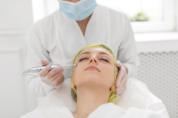 Vrouw bij schoonheidskliniek voor vullerbehandeling