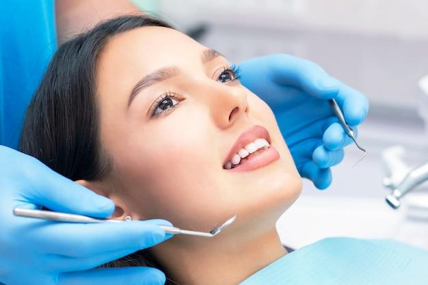 Vrouw bij tandarts voor tandenonderzoek