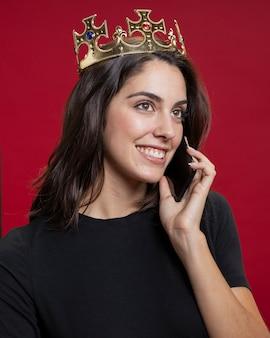 Vrouw bij winkelen praten aan de telefoon