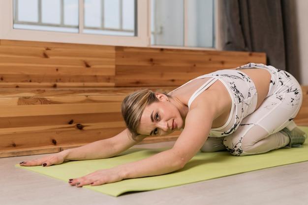 Vrouw bij zich het uitrekken van de mat