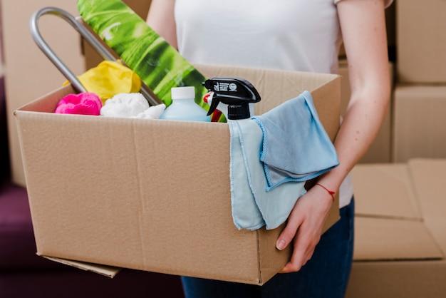 Vrouw bijsnijden met spullen voor verhuizing