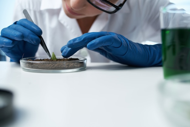 Vrouw bioloog technologie onderzoek experiment agronomie