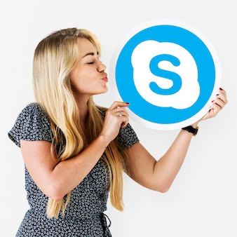 Vrouw blaast een kus op een skype-pictogram