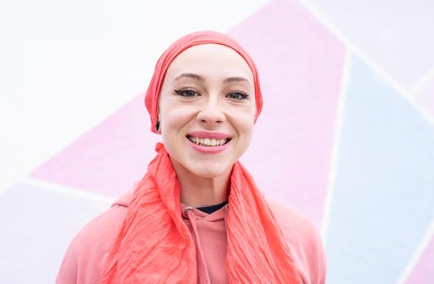 Vrouw blij om kanker roze sjaal te bestrijden