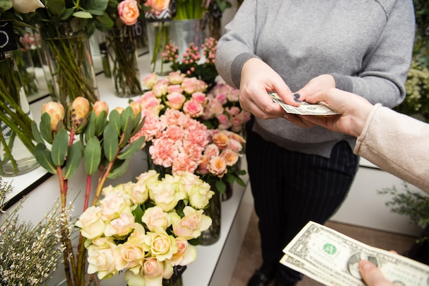 Vrouw bloemen kopen van een bloemist