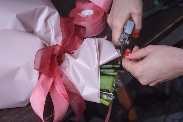 Vrouw bloemist maakt een boeket