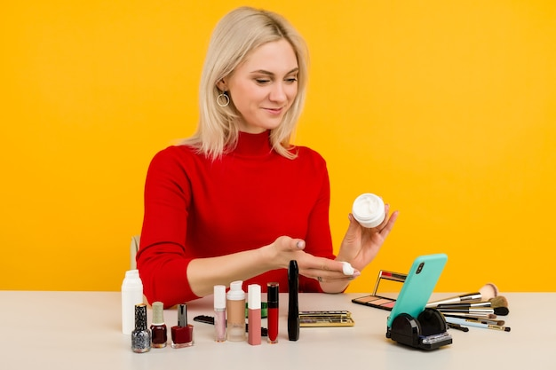 Vrouw blogger die schoonheidsproducten presenteert en live uitzendt