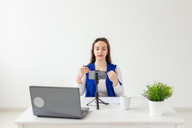 Vrouw blogger praat tegen de camera voor haar toeschouwers