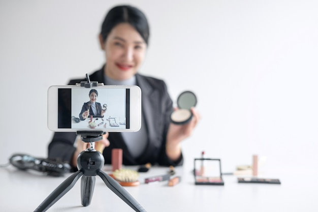 Vrouw blogger presenteert tutorial schoonheid cosmetische product en uitzending live streaming video