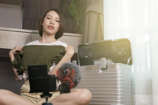 Vrouw blogger video opnemen over haar kleding