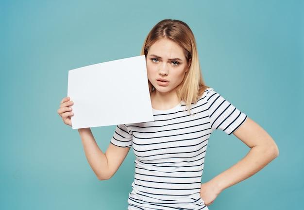 Vrouw blond gestreept t-shirt blauw mock up