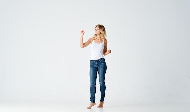 Vrouw blootsvoets op draait poseren bewegingsmodel