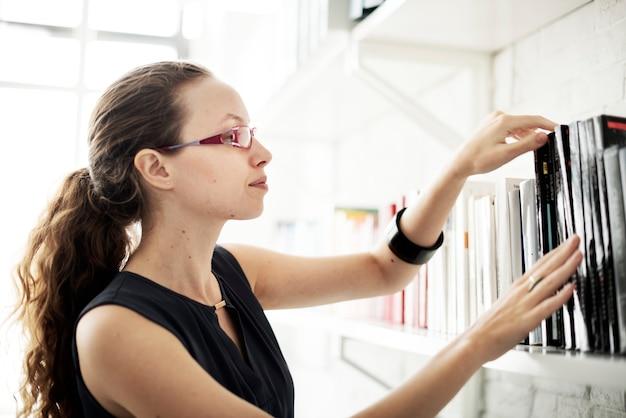 Vrouw boekcategorie kennis wijsheid concept