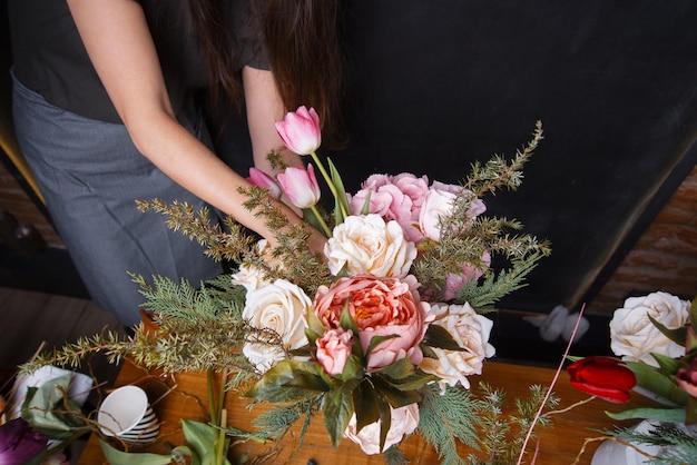 Vrouw boeket van bloemen op donker maken