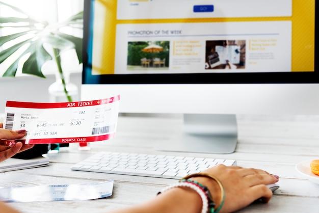 Vrouw boeking ticket online
