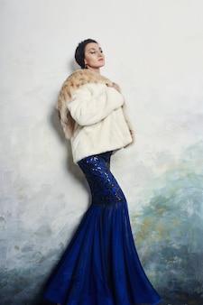 Vrouw bontjas wit luipaardbont, winterkleding