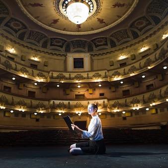 Vrouw bootst het lezen van manuscript na