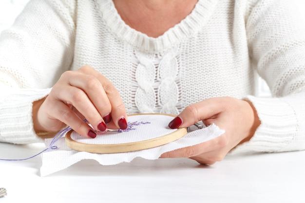 Vrouw borduren kruis lavendel