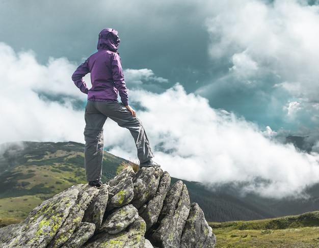 Vrouw bovenop een berg