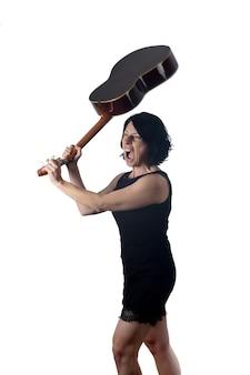Vrouw breekt een gitaar