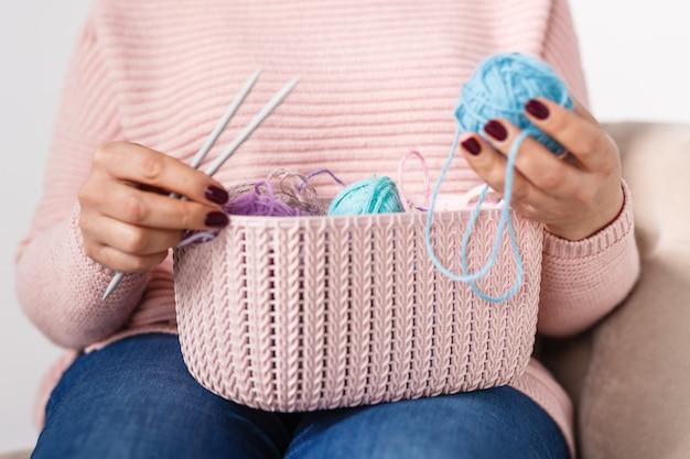 Vrouw breien baby dingen in de hand