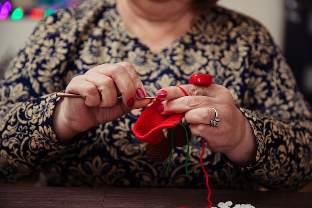 Vrouw breien met rode draden. hoge kwaliteit foto