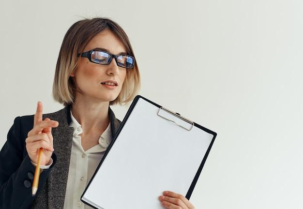 Vrouw briefpapier map documenten wit vel papier