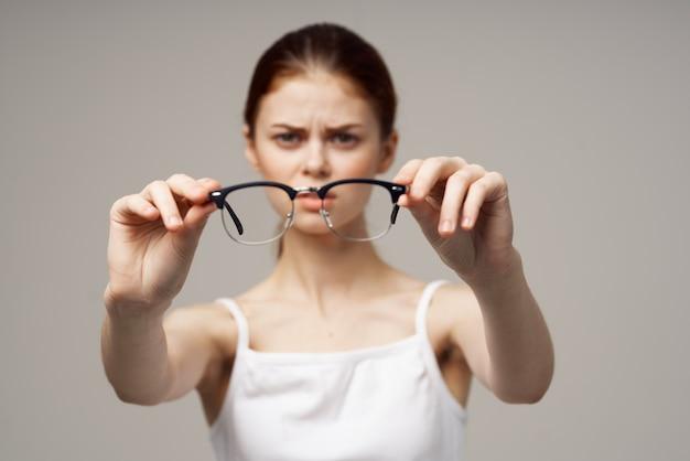 Vrouw bril in de handen van astigmatisme studio behandeling