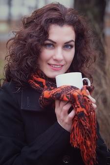 Vrouw buiten het drinken van hete thee