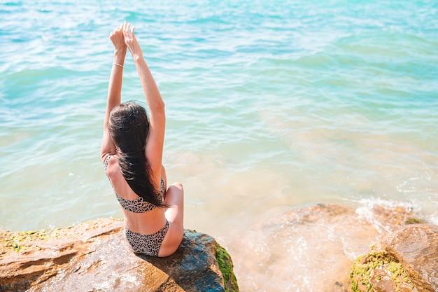 Vrouw buiten op de rand van de klif kust